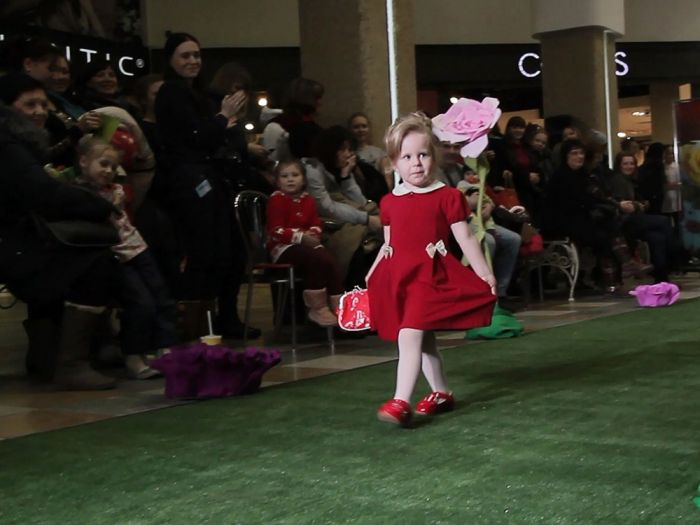 На фото: Смоленская модель Алика Пожарицкая на подиуме  Junior fashion week Smolensk